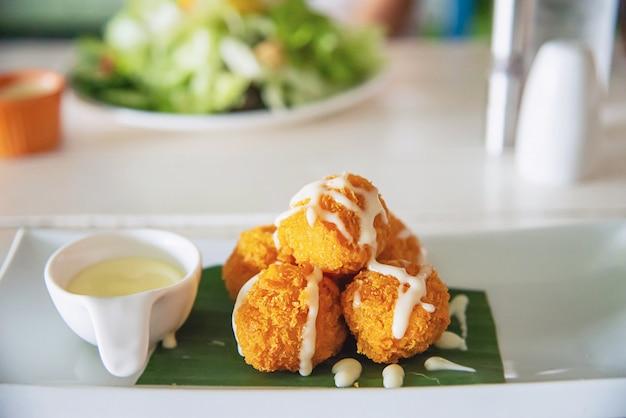 Palla di mozzarella fritta pronta per mangiare Foto Gratuite