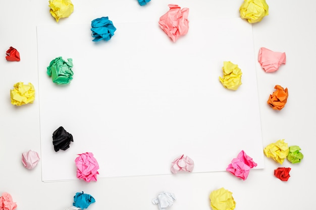 Palle di carta stropicciata colorate Foto Premium