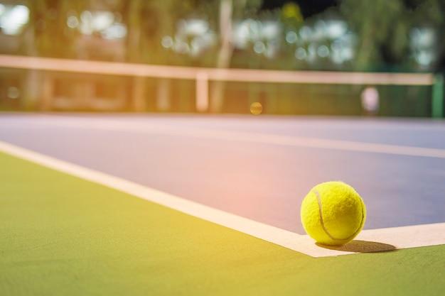Pallina da tennis sulla linea d'angolo del campo duro Foto Gratuite