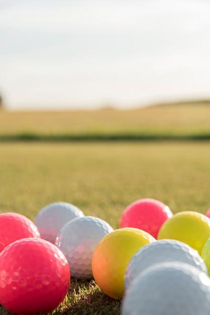 Palline da golf ad alto angolo Foto Gratuite