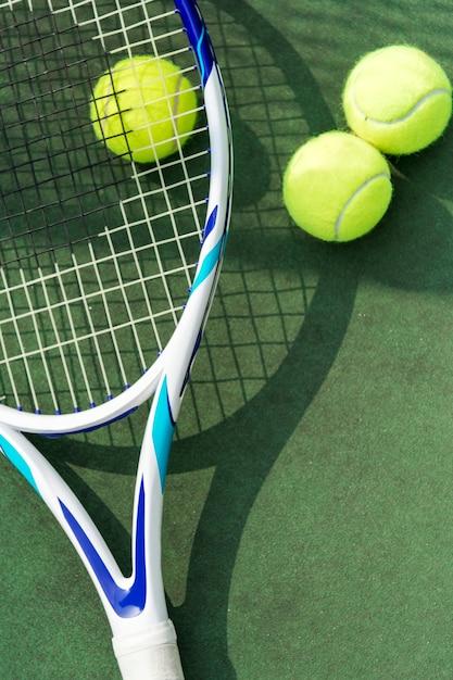 Palline da tennis su un campo da tennis Foto Gratuite