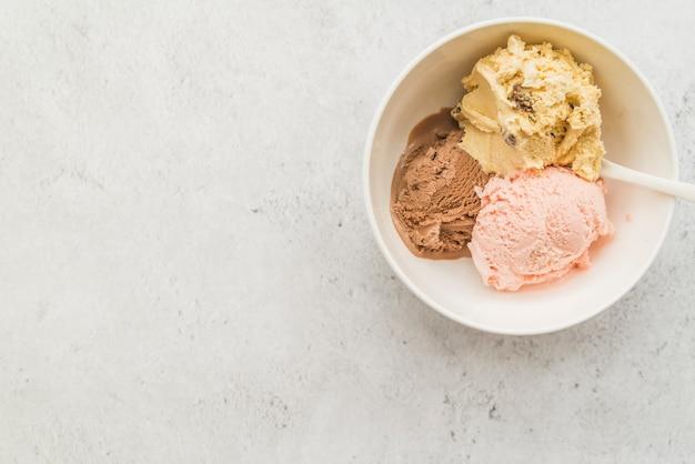Palline di diversi gelati nella ciotola Foto Gratuite