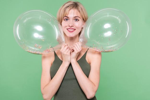 Palloncini azienda ragazza vicino al suo viso Foto Gratuite