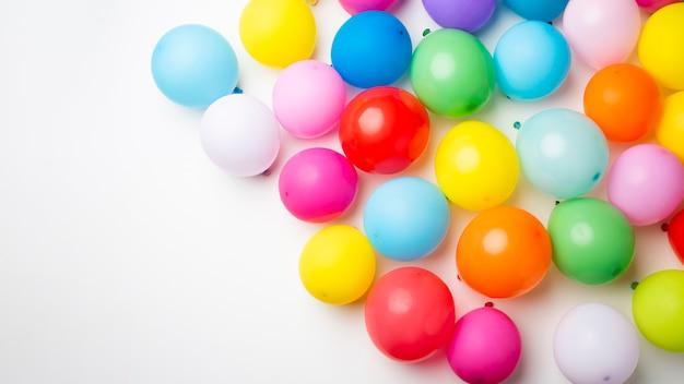 Palloncini colorati con spazio di copia Foto Gratuite