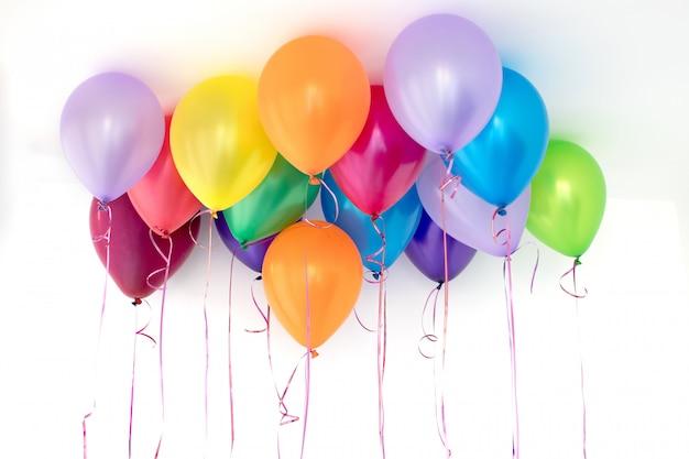 Palloncini colorati su sfondo bianco Foto Premium