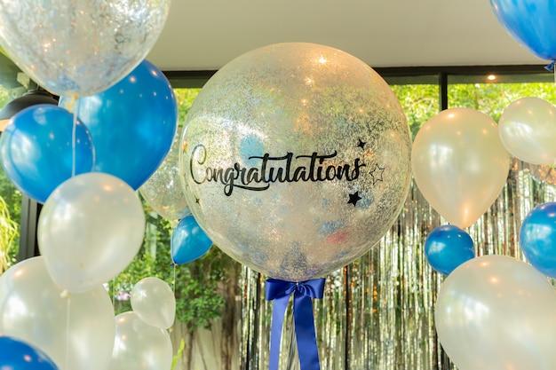 Palloncini con la parola congratulazioni per la decorazione di ballon nel ristorante. Foto Premium