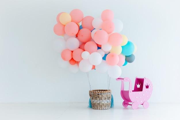 Palloncini festivi con cesto Foto Premium