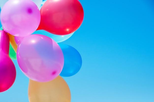 Palloncini multicolori contro il cielo blu Foto Premium