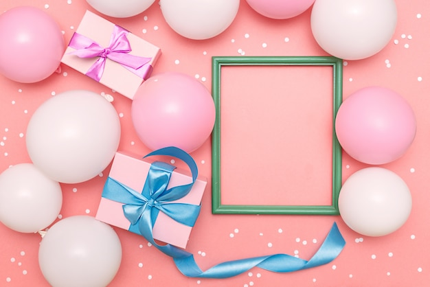 Palloncini pastello e coriandoli bianchi su sfondo rosa Foto Premium