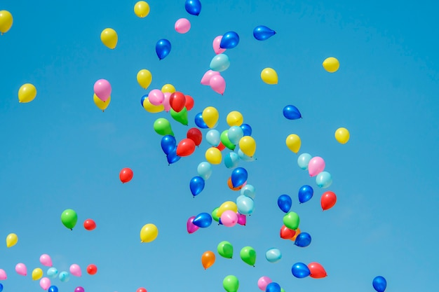 Palloncino di gomma con cielo blu Foto Premium