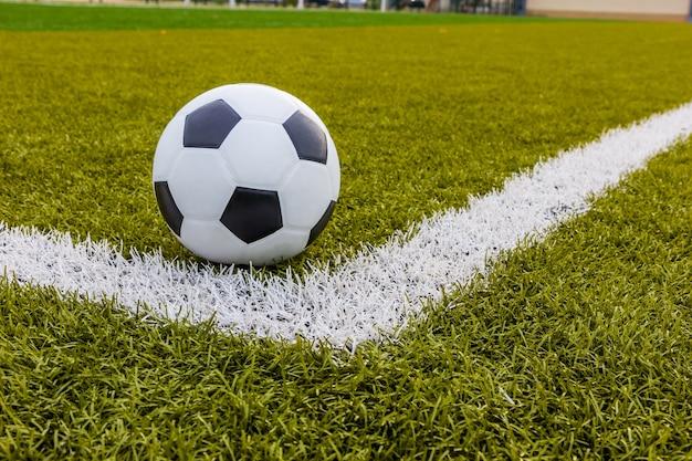 Pallone da calcio, calcio erba artificiale con striscia bianca, stadio di calcio Foto Premium