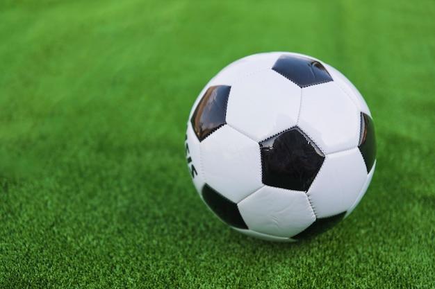 Pallone da calcio singolo su prato verde Foto Gratuite