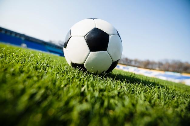 Pallone da calcio su sfondo di cielo Foto Gratuite