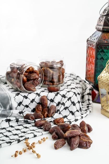 Palma da datteri e lanterna araba su bianco Foto Premium