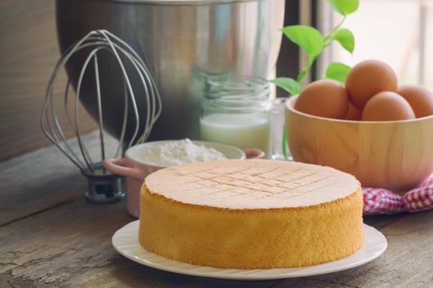 Pan di spagna fatto in casa sul piatto bianco. pan di spagna delizioso e lite delizioso con ingredienti. Foto Premium
