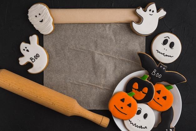 Pan di zenzero di halloween su piatto, stantuffo e tappetino Foto Gratuite