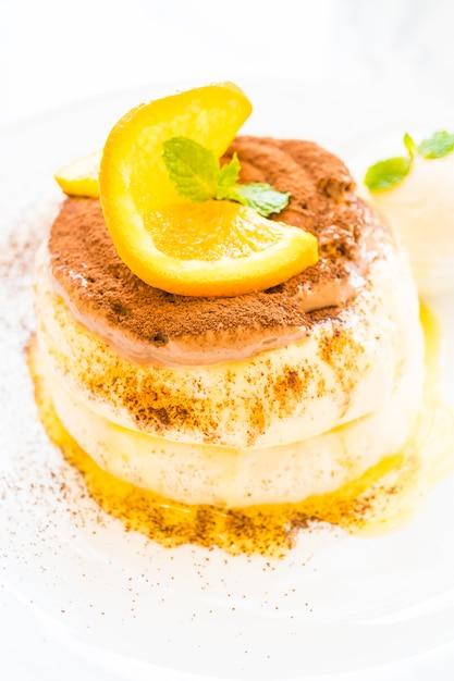 Pancake con arancia in cima Foto Gratuite