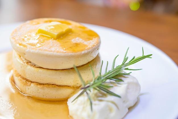 Pancake con burro fuso e sciroppo in cima Foto Gratuite