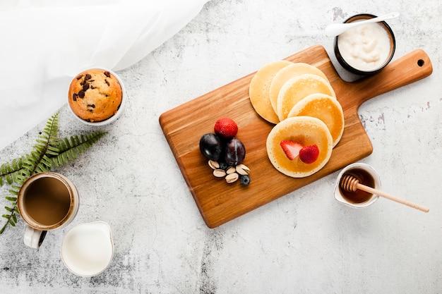 Pancake della prima colazione di vista superiore sulla cima di legno Foto Gratuite