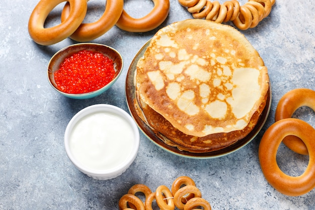 Pancake russo blini con salse e ingredienti Foto Gratuite