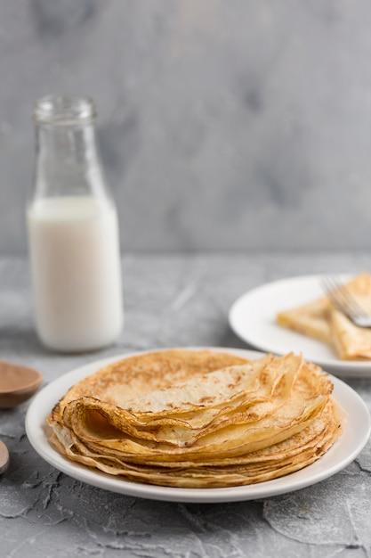 Pancake sul piatto con latte Foto Gratuite
