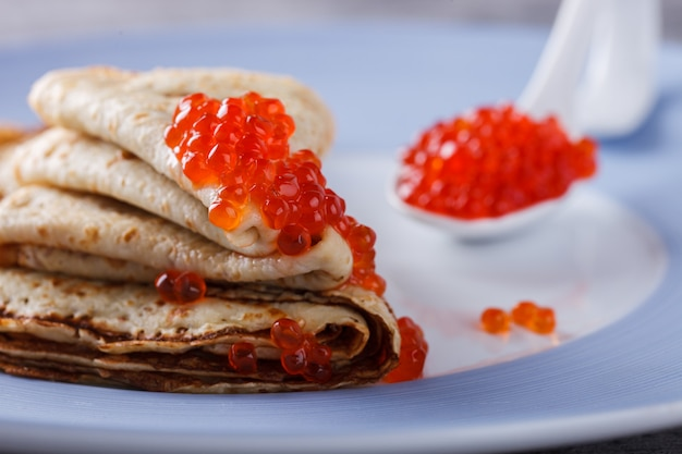Pancakes con caviale rosso. Foto Premium