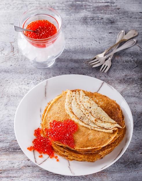 Pancakes con caviale rosso Foto Premium