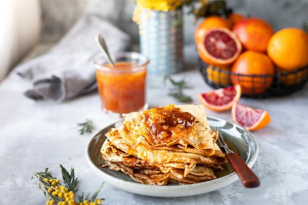 Pancakes con marmellata a base di arancia rossa Foto Premium
