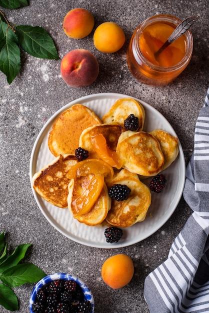 Pancakes con marmellata di albicocche e frutti di bosco Foto Premium