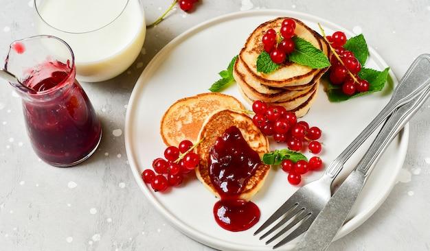Pancakes con marmellata di ciliegie e ribes rosso Foto Premium
