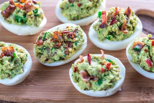 Pancetta guacamole uova alla diavola Foto Premium