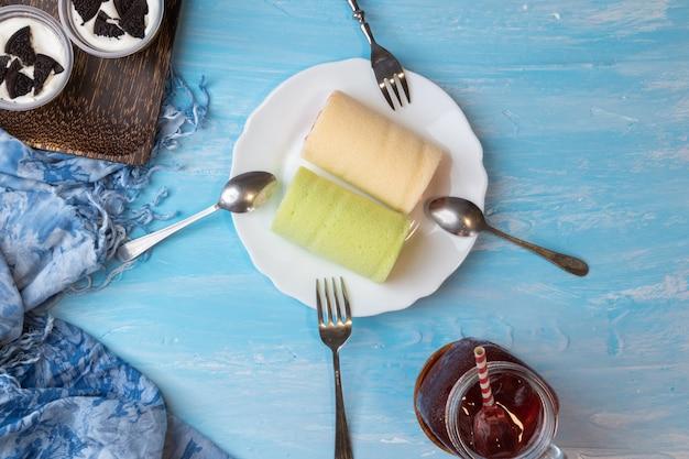 Pandan swiss roll cake e fragole swiss roll cake Foto Premium