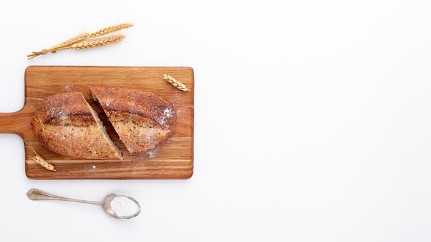 Pane affettato sul bordo di legno e spazio della copia Foto Gratuite