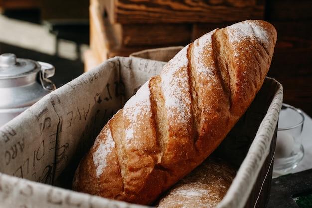 Pane al forno con farina intera gustosa nel cestino Foto Gratuite