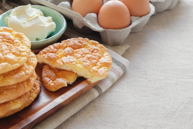 Pane alle nocciole, pane oopsie, cibo keto, dieta chetogenica, paleo, alto contenuto di carboidrati alto contenuto di grassi Foto Premium