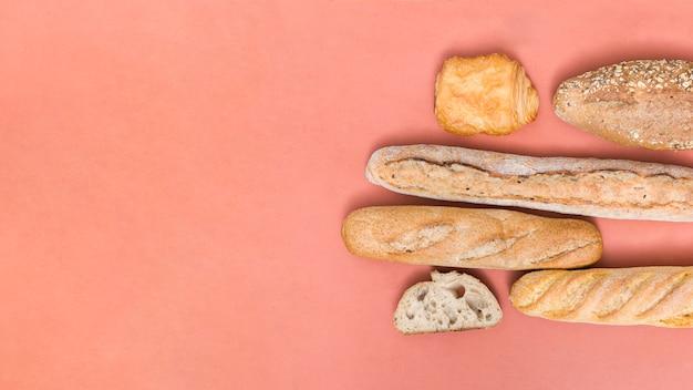 Pane baguette; pagnotta; panini pasta sfoglia su sfondo colorato Foto Gratuite