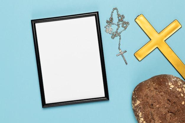 Pane con croce santa e collana Foto Gratuite
