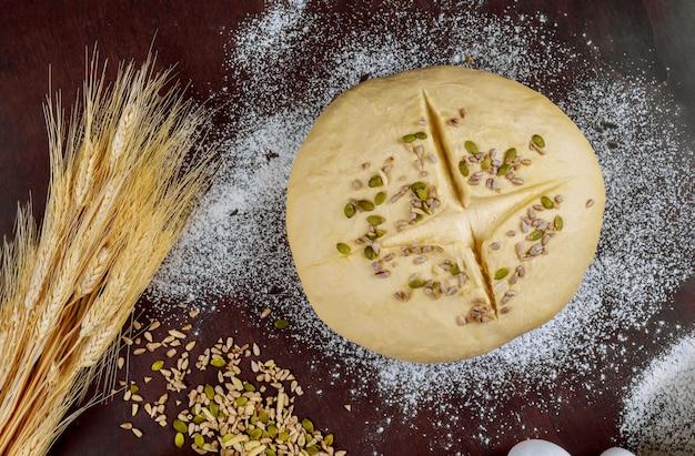 Pane crudo fatto in casa con semi di girasole e zucca Foto Premium