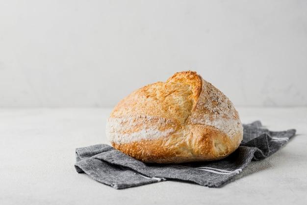 Pane delizioso con farina sul panno blu Foto Gratuite