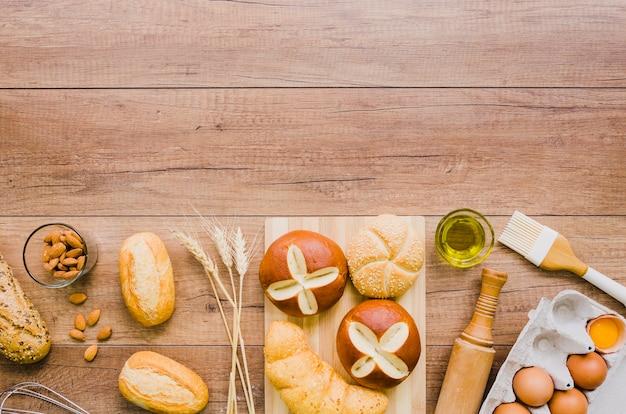 Pane fatto a mano con ingredienti e utensili da cucina Foto Gratuite