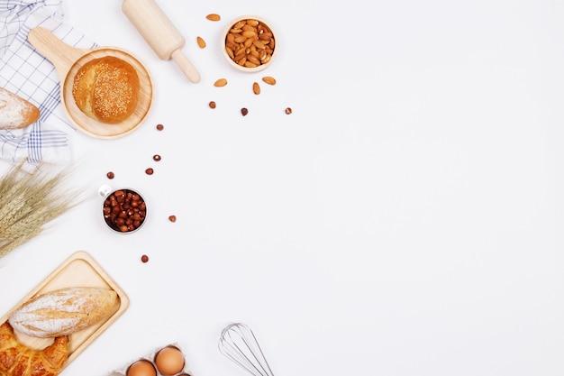 Pane fatto in casa o panino, croissant e ingredienti da forno Foto Premium