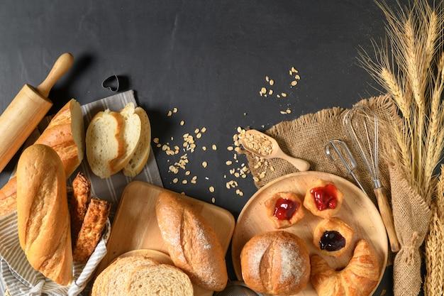 Pane fatto in casa o panino, croissant e panetteria Foto Premium
