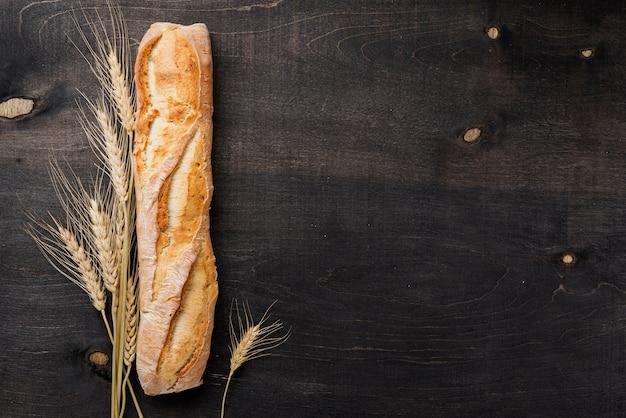 Pane francese delle baguette di vista superiore con lo spazio della copia e del grano Foto Gratuite