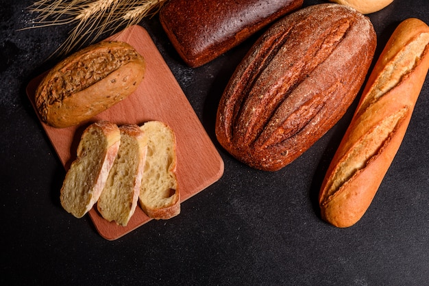 Pane fresco e fragrante con cereali e coni Foto Premium