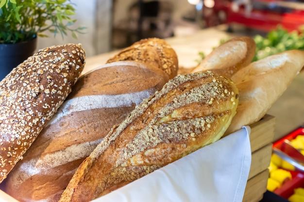 Pane fresco nel cestino sul tavolo Foto Premium