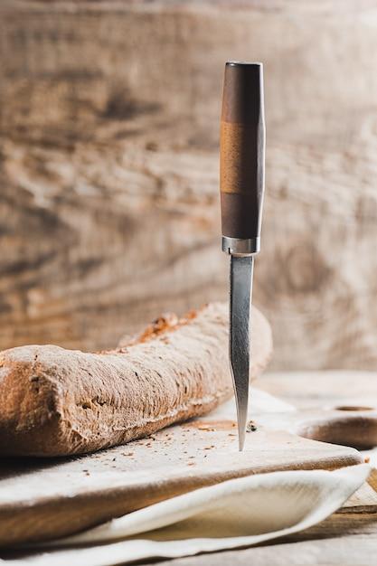 Pane fresco sul tavolo e coltello Foto Gratuite