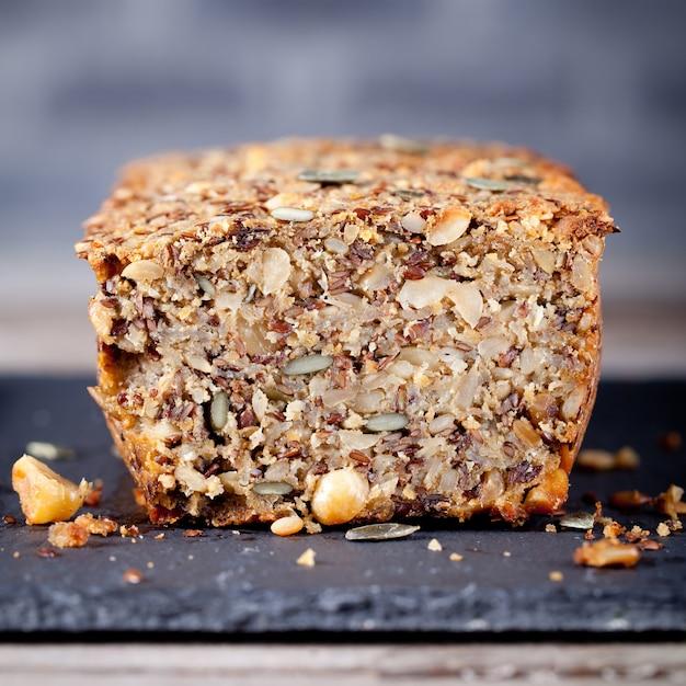 Pane integrale con semi su un piatto di pietra Foto Premium