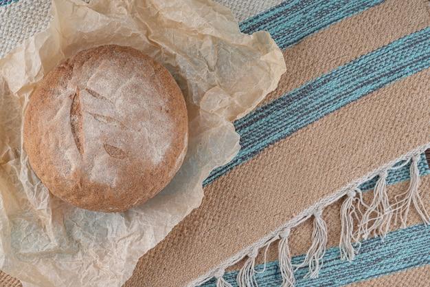 Pane tondo fatto in casa cotto con farina integrale. Foto Premium
