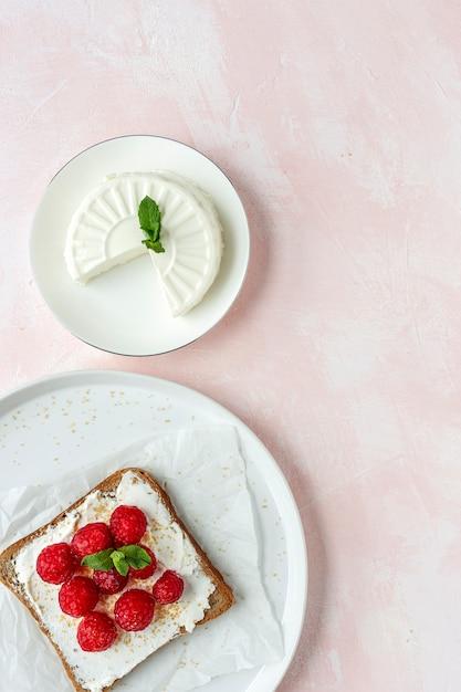 Pane tostato con formaggio fresco e fragole Foto Premium