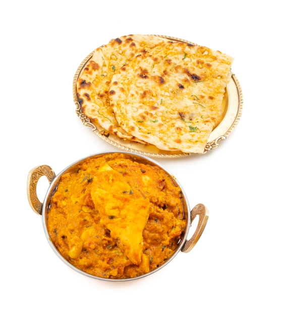 Paneer pasanda dolce e piccante di cucina indiana servito con aglio naan su fondo bianco Foto Premium